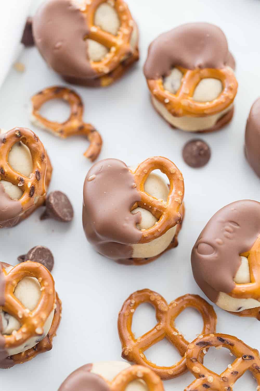 Cookie Dough Pretzel Bites -- Cookie dough pretzel bites offer the irresistible combination of cookie dough, pretzels, and chocolate in a perfectly portioned dessert! #cookiedough #pretzel #pretzelbites #pretzelcandy #baking #dessert #easyrecipe #easydessert #nobakedessert