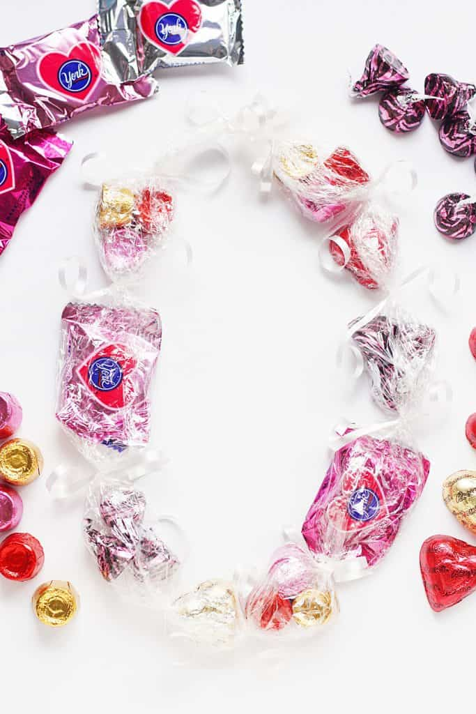 How to Make Candy Leis -- Candy leis are a super easy, kid-friendly craft perfect for Valentine's Day or any holiday. Simply customize the candy and ribbon and you have a fun craft for that classroom party! | #diy #craft #valentinesday