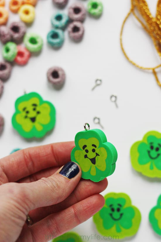 Easy St Patricks Day Necklace -- perfect for preschoolers and kindergarteners. Minimal prep and minimal help required! Plus who dislikes Fruit Loops cereal?