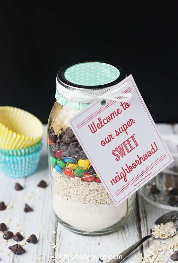 Oatmeal M&M Cookie Mix in a Jar Neighbor Gift Idea -- what better way to welcome a new neighbor than with a super SWEET gift! Free printable gift tag included.