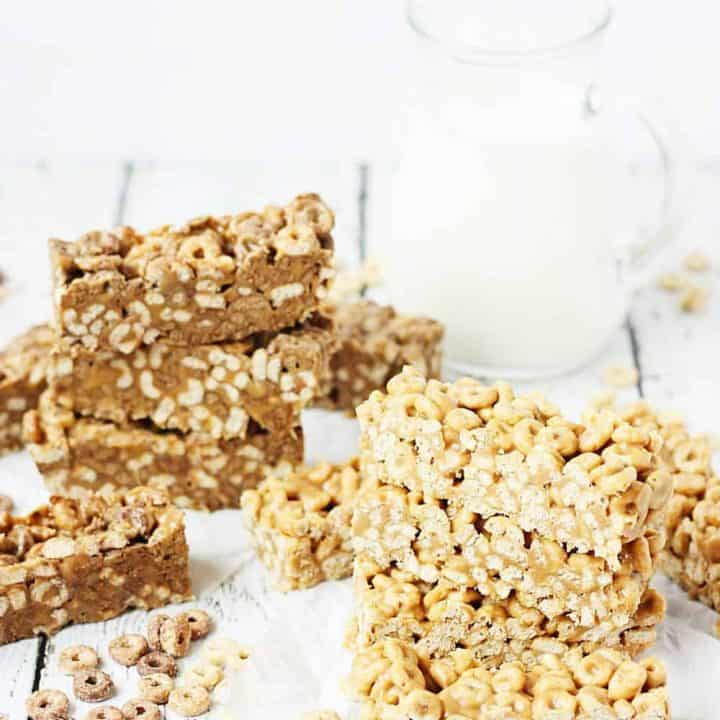 Easy No-Bake Cereal Bars -- Easy no-bake cereal bars take about 5 minutes to make and require only three ingredients: cereal, peanut butter, and honey. Perfect as an on-the-go breakfast or afternoon snack!   #recipes #breakfast