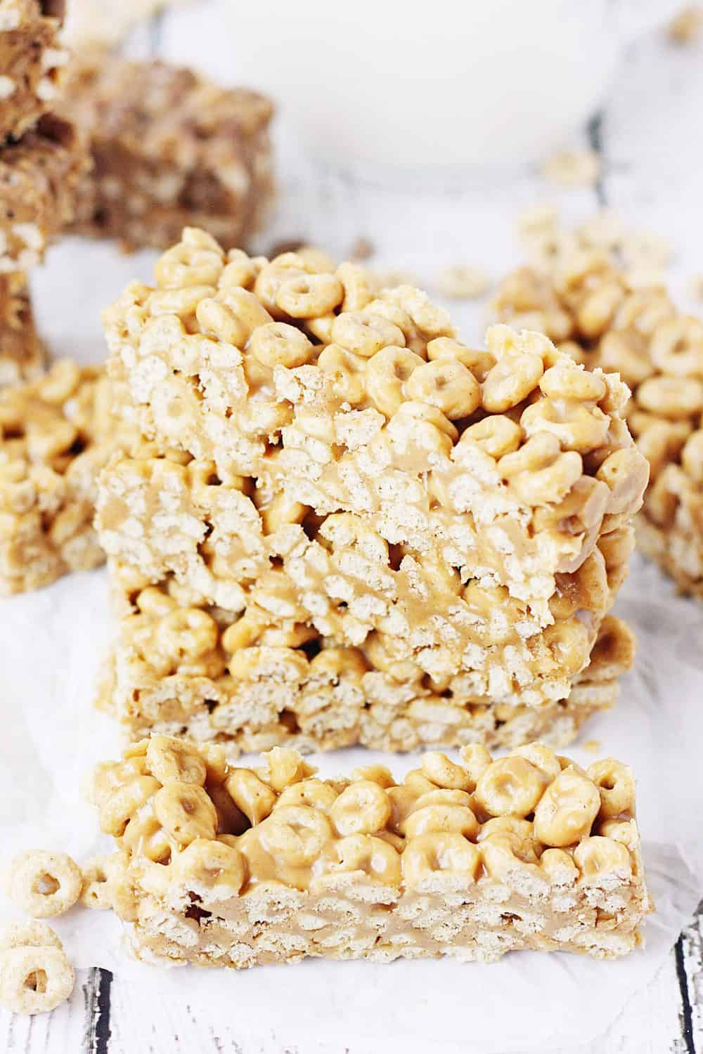 Easy No-Bake Cereal Bars -- Easy no-bake cereal bars take about 5 minutes to make and require only three ingredients: cereal, peanut butter, and honey. Perfect as an on-the-go breakfast or afternoon snack! | #recipes #breakfast