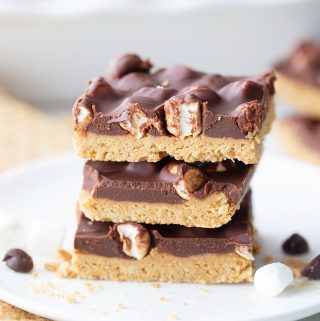No Bake Peanut Butter S'mores Bars - No bake peanut butter s'mores bars have all the flavors and textures you could want in a chocolate, peanut buttery no-bake dessert! #smores #dessert #nobakedessert #nobake #halfscratched #chocolatepeanutbutter #peanutbutter #easyrecipe #baking