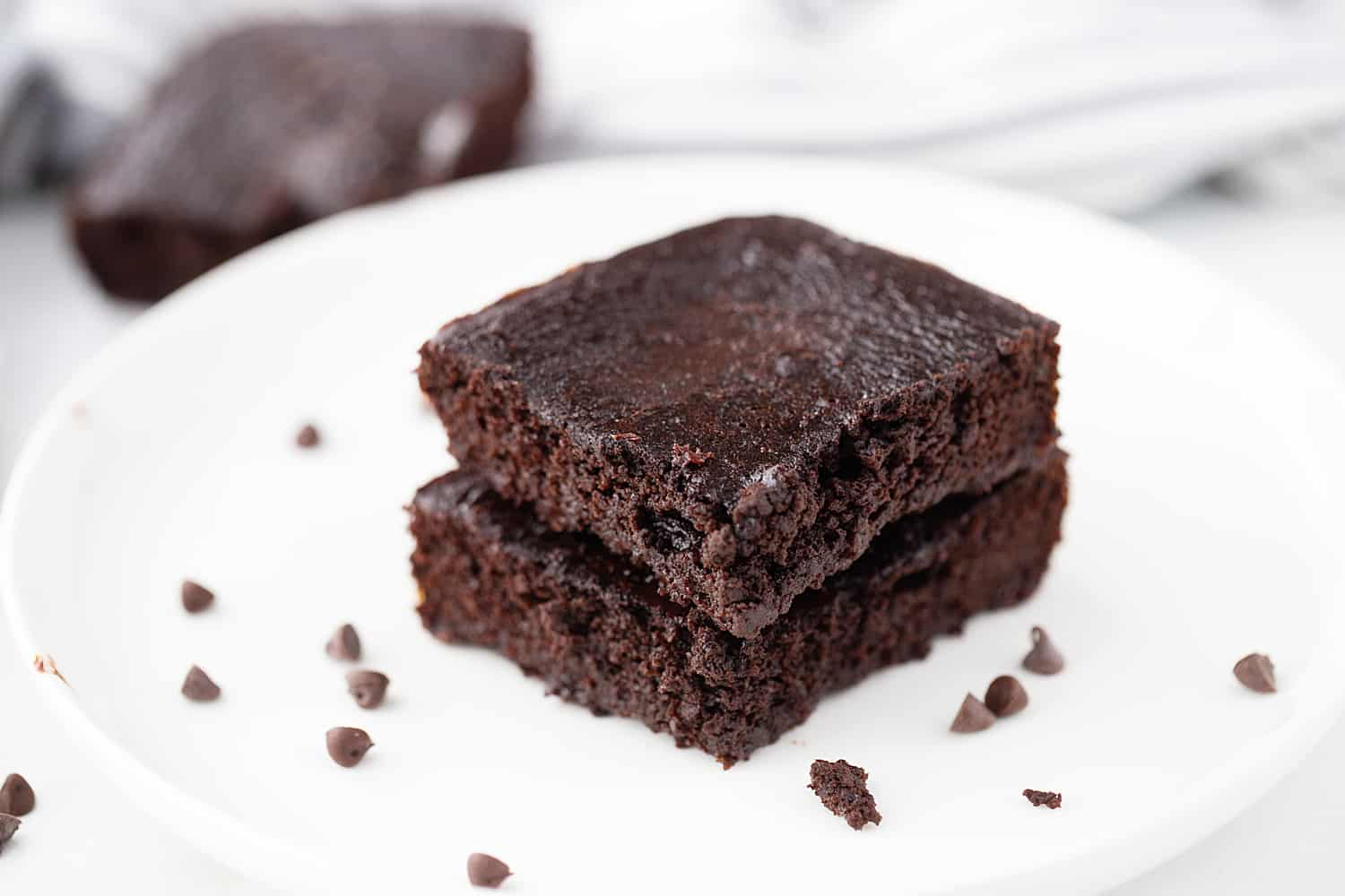 Gluten-Free Brownies: These fudgy, flourless gluten-free brownies are so rich and chocolaty, it's hard to believe they're less than 150 calories a serving! #brownies #glutenfree #flourless #flourlessbrownies #glutenfreebrownies #glutenfreedessert #baking #healthyrecipe #chocolate #halfscratched